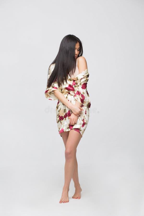 Asiatische Dame der Mode im Kleid im Studio stockbild