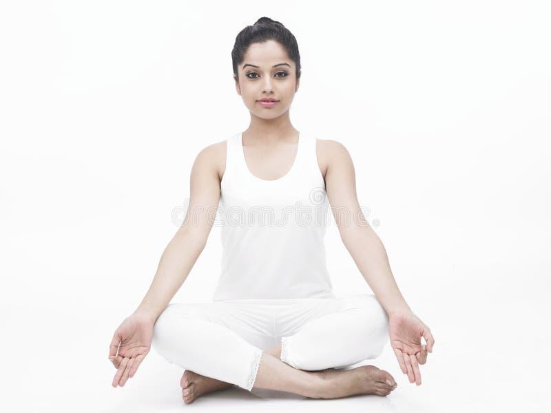 Asiatische Dame, die Yoga tut stockfotos