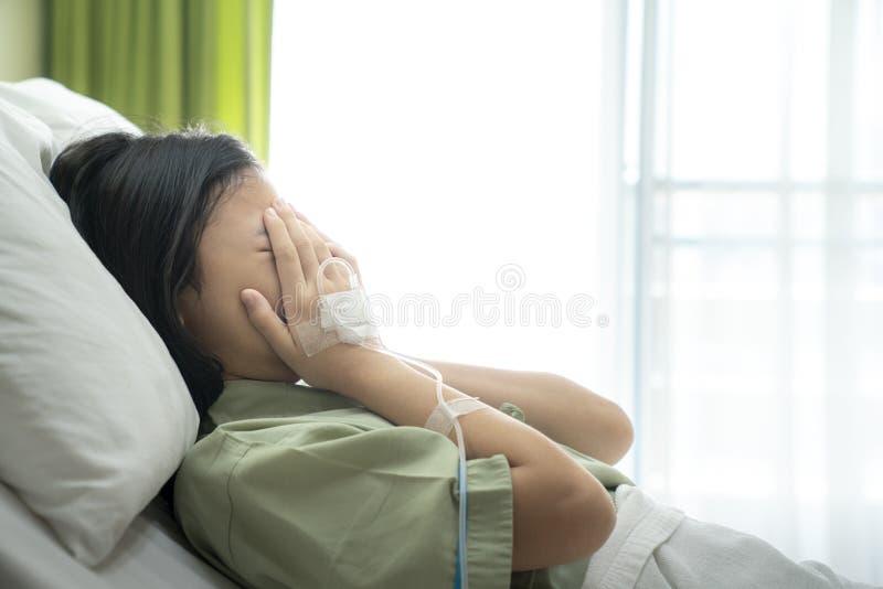 Asiatische Dame schreien Raum des stationären Patienten im Krankenhaus lizenzfreie stockfotos