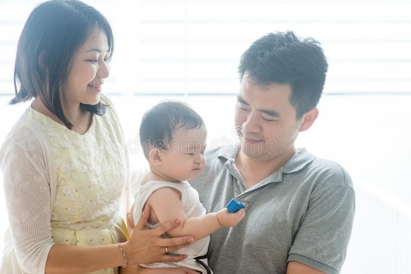 Asiatische Eltern und Baby lizenzfreies stockfoto
