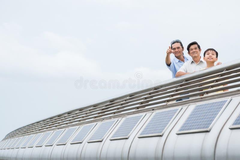 Asiatische Familie auf der Brücke lizenzfreie stockfotos