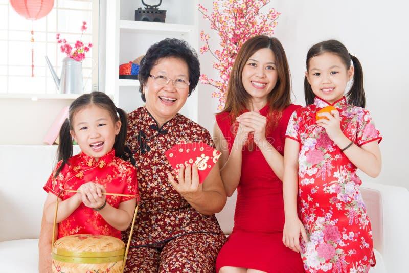 Asiatische Familie der multi Generationen feiern chinesisches neues Jahr stockbilder