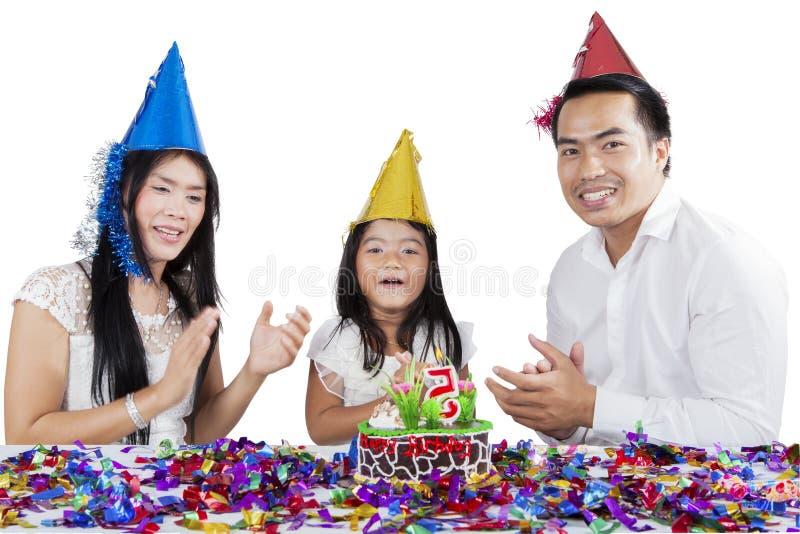 Asiatische Familie, die einen Geburtstag auf Studio feiert lizenzfreies stockbild