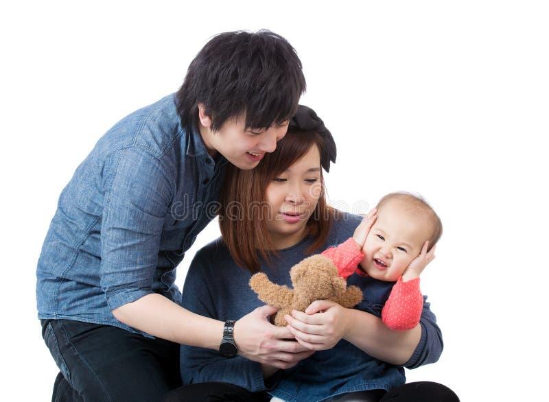 Asiatische Familie, die mit Umkippenbaby spricht stockfotografie