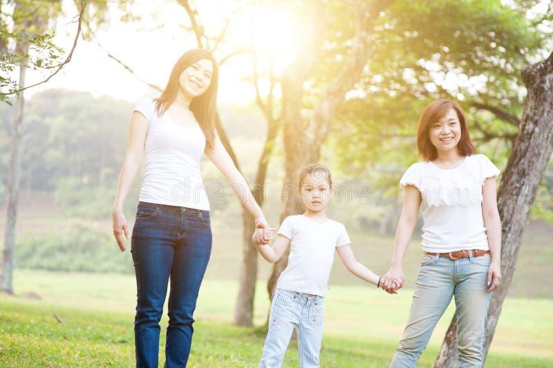 Asiatische Familie, die Spaß draußen hat lizenzfreie stockfotografie