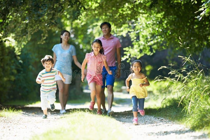 Asiatische Familie, die Weg in der Landschaft genießt stockbild
