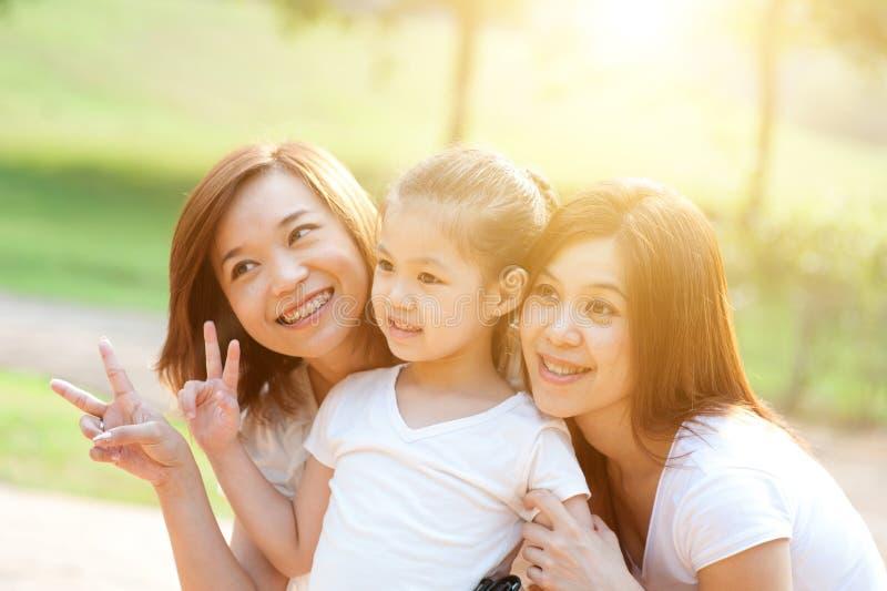 Asiatische Familie draußen stockfoto