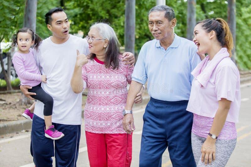 Asiatische Familie genie?t Freizeit, indem sie plaudert stockfotografie