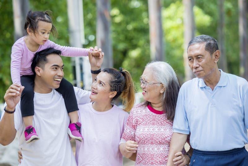 Asiatische Familie mit drei Generationen, die am Freien plaudert lizenzfreie stockbilder