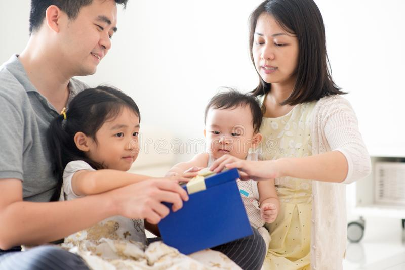 Asiatische Familie und Geschenkbox lizenzfreie stockbilder