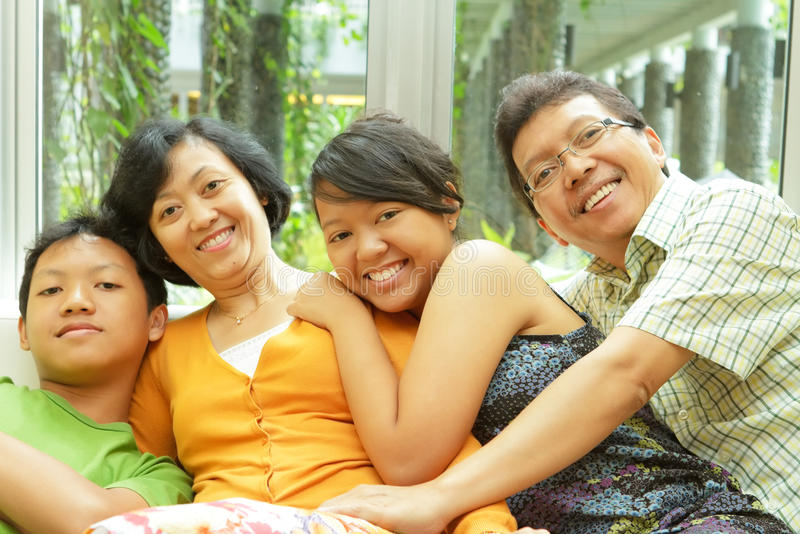 Asiatische Familienzusammengehörigkeit lizenzfreies stockbild