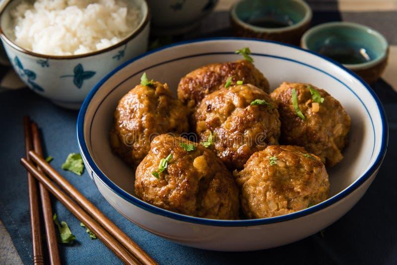 Asiatische Fleischklöschen gedient mit weißem Reis stockbilder