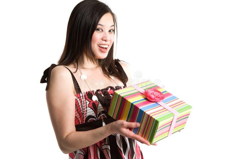 Asiatische Frau, die einen Geschenkkasten anhält stockbilder