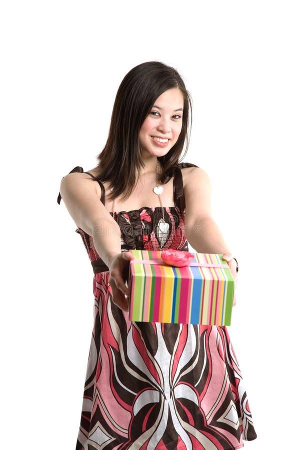 Asiatische Frau, die Geschenk gibt stockbild