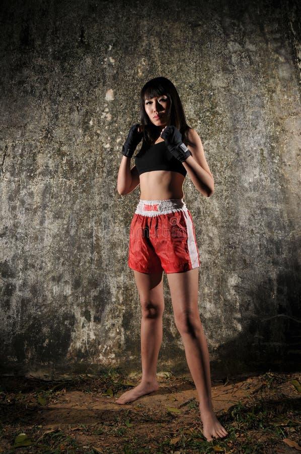 Asiatische Frau, die Muay siamesisches Verpacken übt stockbild