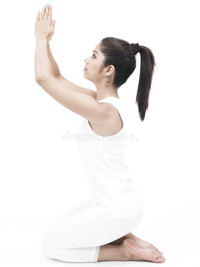 Asiatische Frau, die Yoga tut stockbild
