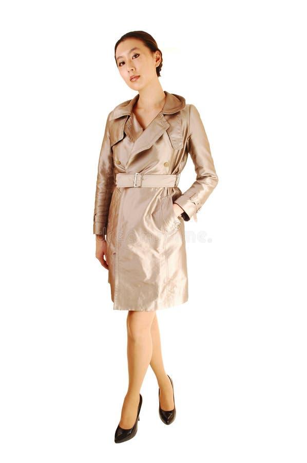 Asiatische Frau im Mantel. lizenzfreie stockbilder