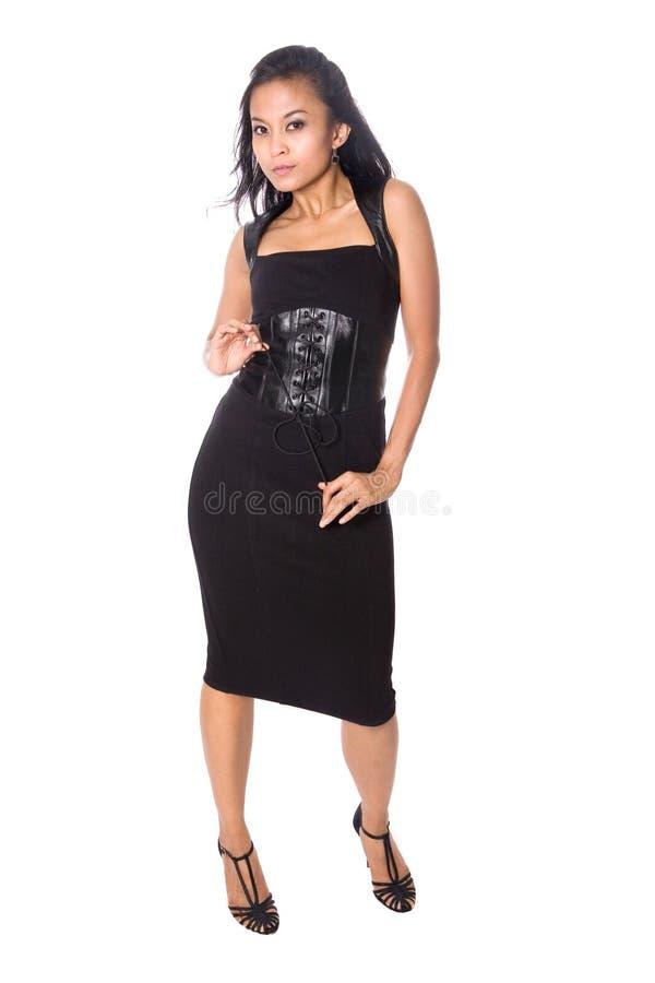 Asiatische Frau im schwarzen Leder und in den hohen Absätzen stockfoto