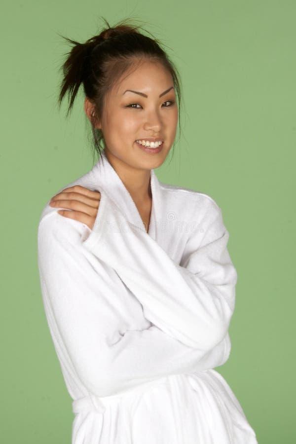 Asiatische Frau im weißen Bademantel lizenzfreie stockfotos
