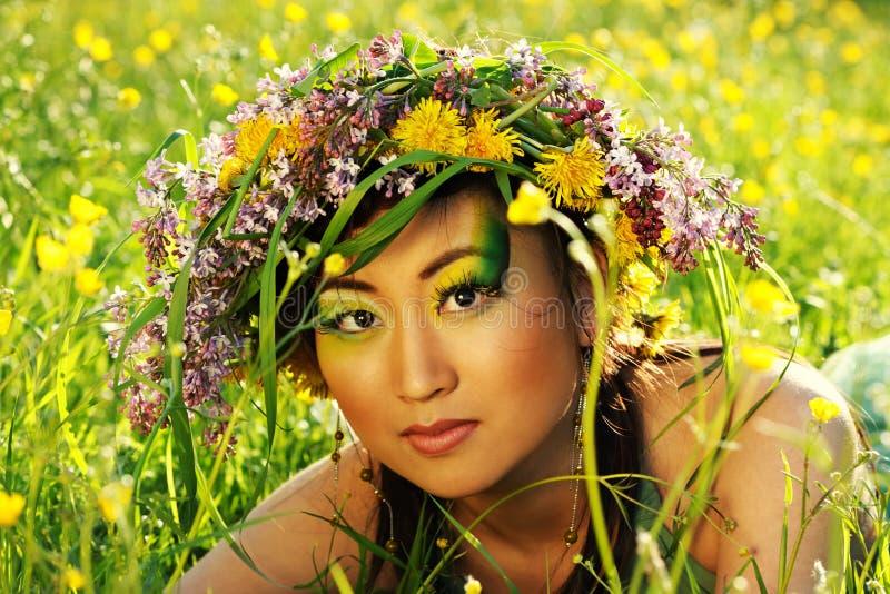 Asiatische Frau mit Chaplet lizenzfreies stockbild