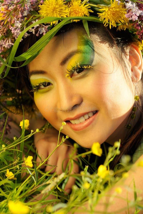 Asiatische Frau mit Chaplet lizenzfreie stockfotografie