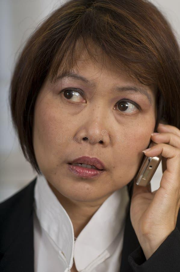 Asiatische Frau mit Handy lizenzfreie stockbilder