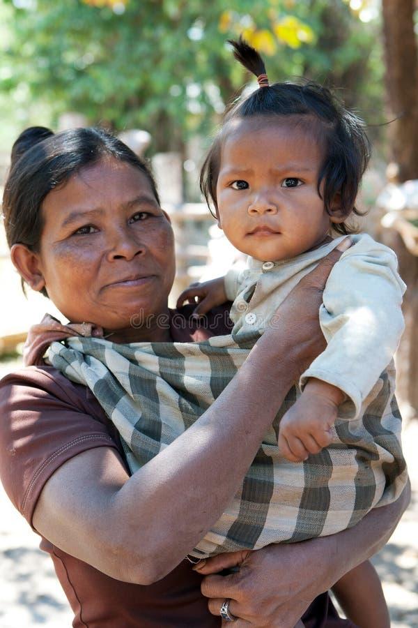 Asiatische Frau mit Kind lizenzfreie stockbilder