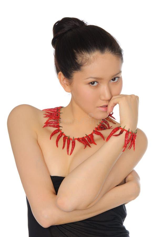 Asiatische Frau mit Schmucksachen der roten Pfeffer lizenzfreies stockbild