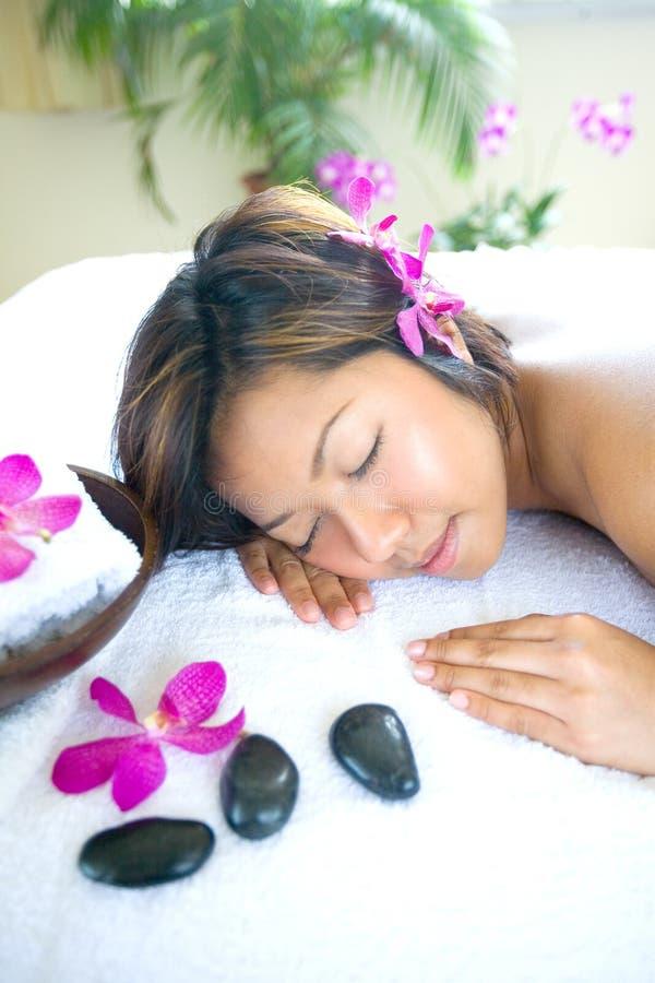 Asiatische Frau restful im Badekurort lizenzfreie stockfotos