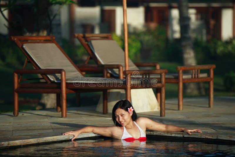Asiatische Frau am Swimmingpool lizenzfreies stockfoto