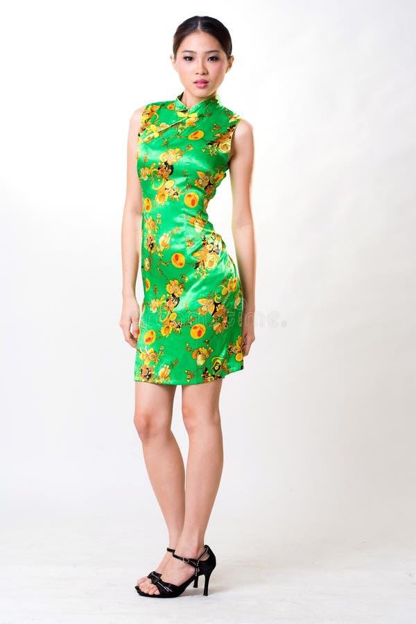 Asiatische Frau trägt chinesisches traditionelles Kleid lizenzfreie stockfotografie