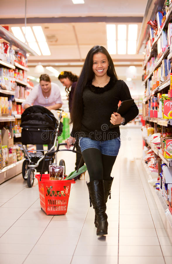 Asiatische Frauen-Gemischtwarenladen lizenzfreies stockbild