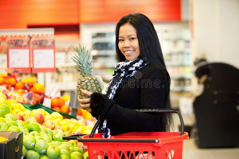 Asiatische Frauen-kaufende Frucht lizenzfreies stockbild