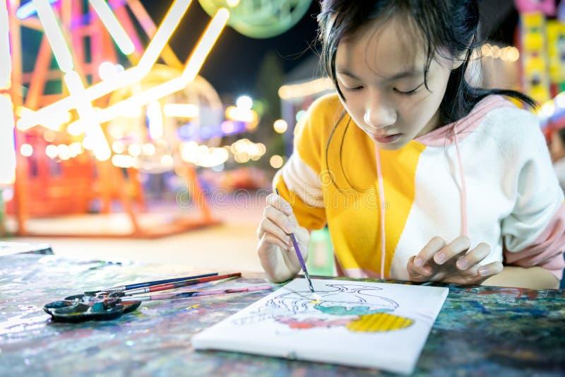 Asiatische Frauen konzentrieren sich auf Farbe und sind entschloss, Kunst zu lernen, glückliches Teenagermädchen mit Paletten und lizenzfreie stockbilder