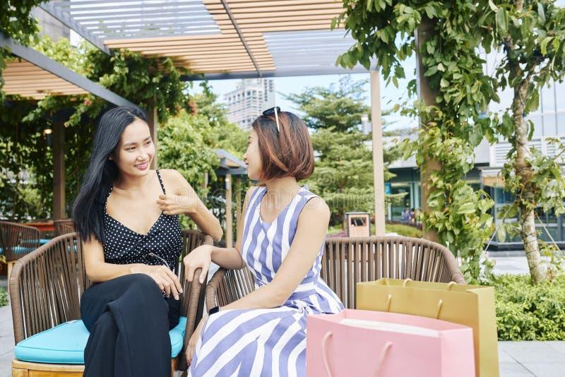 Asiatische Freunde, die im Café stillstehen stockbild