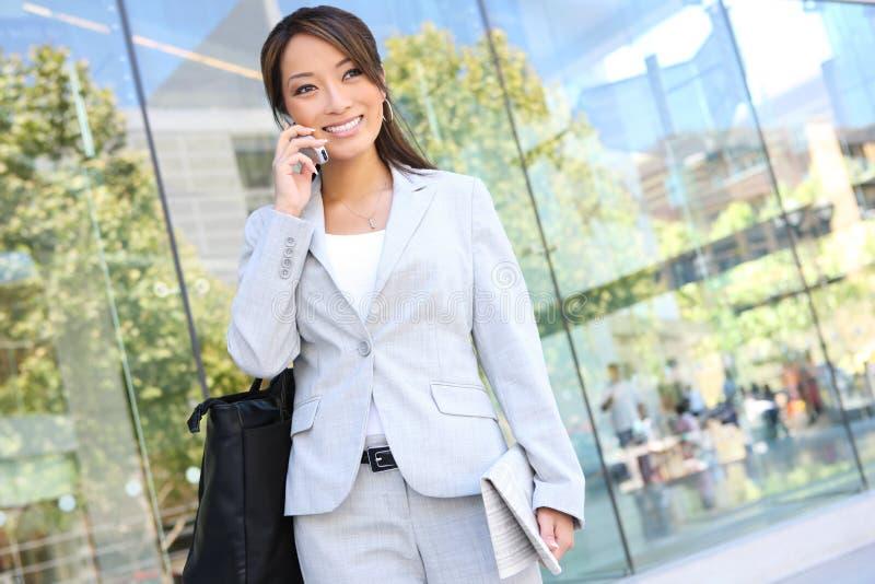 Asiatische Geschäftsfrau auf Handy lizenzfreie stockfotografie