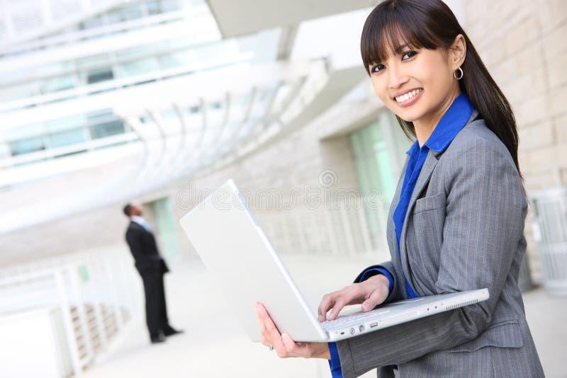 Asiatische Geschäftsfrau auf Laptop stockfoto