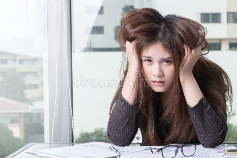 Asiatische Geschäftsfrau Are betonte stockfotografie