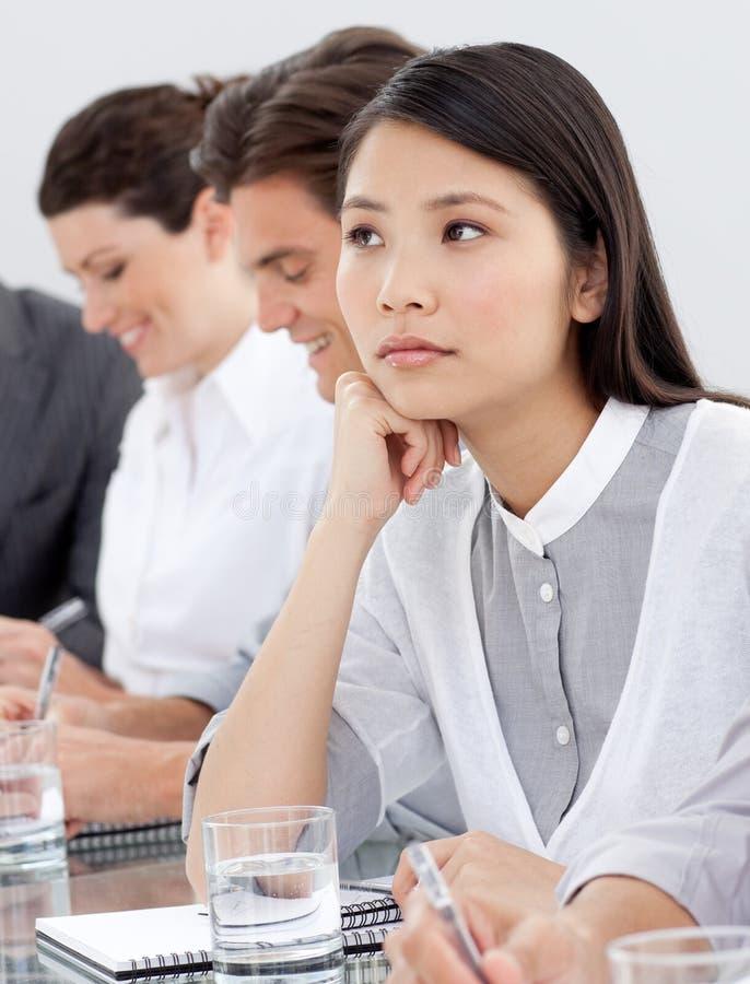 Asiatische Geschäftsfrau bohrte an einer Darstellung lizenzfreies stockfoto
