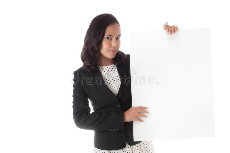 Asiatische Geschäftsfrau, die eine leere Fahne hält stockbilder