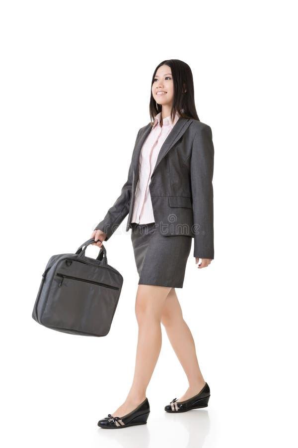 Asiatische Geschäftsfrau, die mit einer Handtasche geht stockfotos