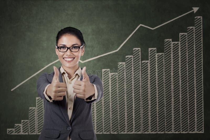 Asiatische Geschäftsfrau, die sich zwei Daumen zeigt stockbild