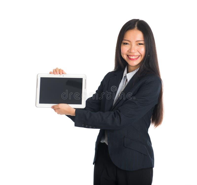 Asiatische Geschäftsfrau, die Tablette vorführt lizenzfreie stockfotos
