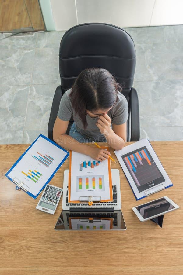 Asiatische Geschäftsfrau, die unter Hochdruck auf Finanzberichten arbeitet lizenzfreies stockfoto