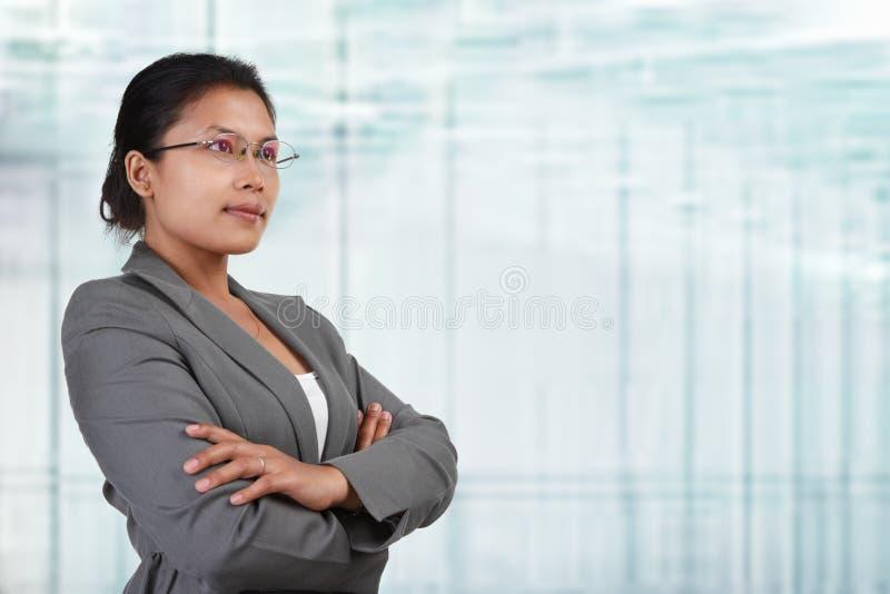 Asiatische Geschäftsfrau, die weg schaut stockbild