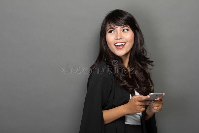 Asiatische Geschäftsfrau mit ihrem Telefon stockfotografie