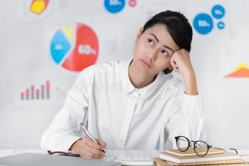Asiatische Geschäftsfrau neugierig beim Arbeits Geschäft und Finanzierung lizenzfreie stockbilder