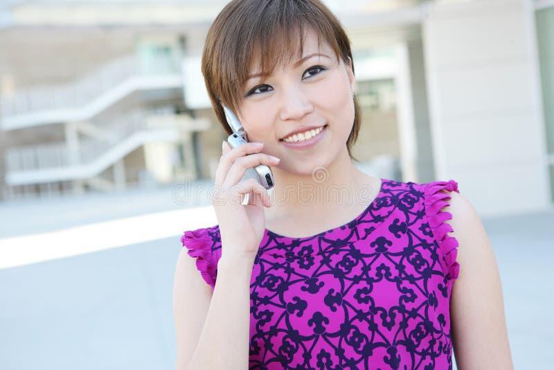 Asiatische Geschäftsfrau am Telefon stockfoto
