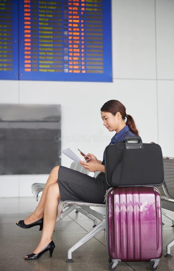 Asiatische Geschäftsfrau Waiting im Flughafen lizenzfreies stockfoto