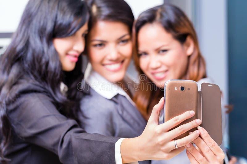 Asiatische Geschäftsfrauen, die selfie nehmen stockbilder